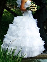 Отлично подчеркивающее фигуру свадебное платье